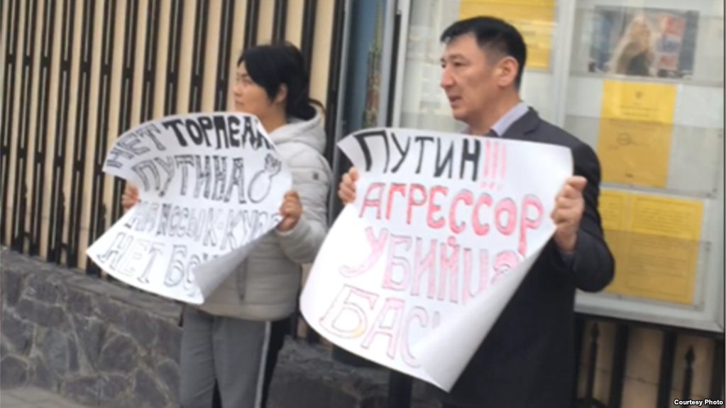 «Путин — национальность?». Активисты останутся под домашним арестом